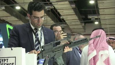 動画:エジプト初、兵器の見本市開幕 装甲車やライフル展示