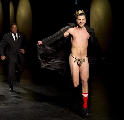 プラバル・グルンのファッションショーに露出狂が乱入、NY