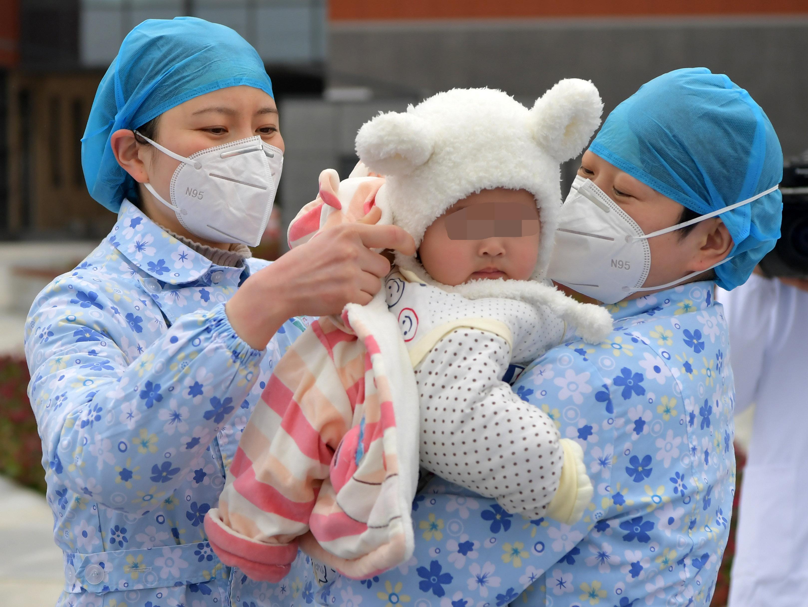 新型肺炎の7カ月の赤ちゃん、無事退院 中国・江西省
