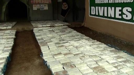 動画:ペルーでコカイン1トン超押収、包みにメキシコ麻薬王の絵も