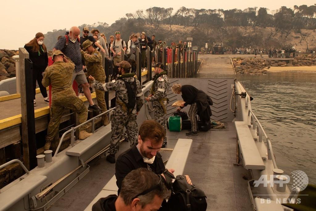 豪森林火災、海岸で立ち往生の住民1000人を海軍が救出 - AFPBB News