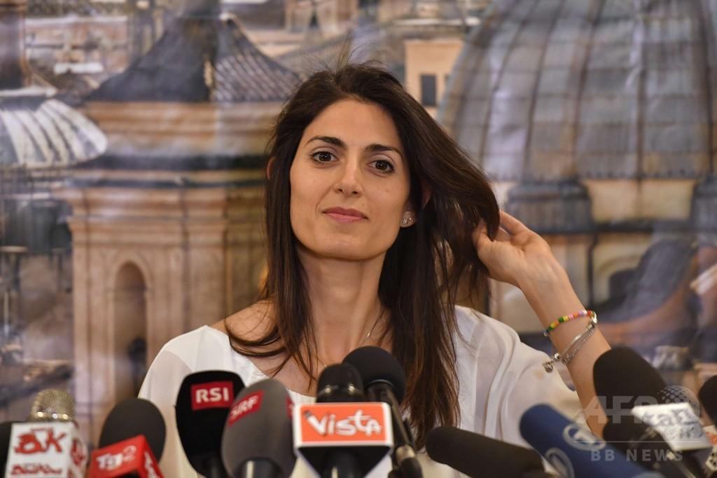 ローマに初の女性市長誕生へ、新興政党のラッジ氏勝利