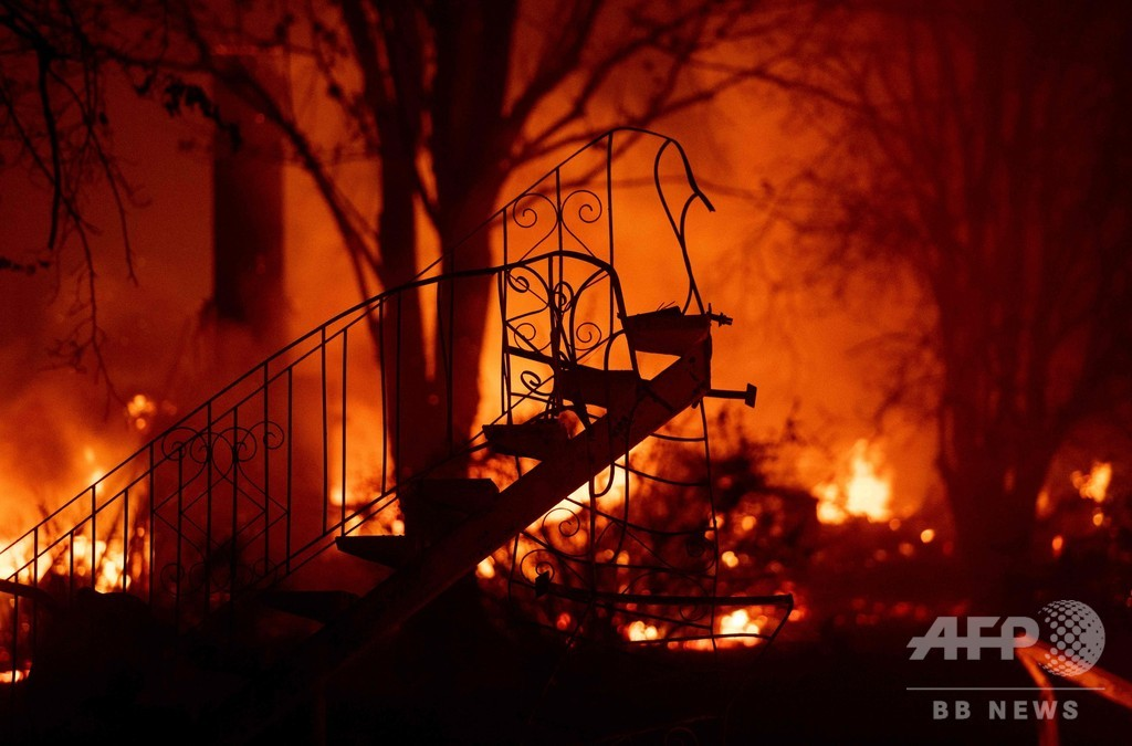 米加州の森林火災、死者9人に 15万人が避難