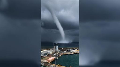 動画:仏コルシカ島沿岸沖で海上竜巻、雲まで一直線に伸びる水柱捉えた映像