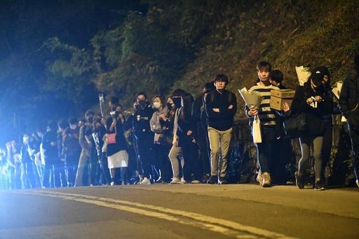 香港警察、10代の男女5人を逮捕 デモ衝突時の70歳男性死亡で