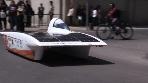 動画:ソーラーカーで2600キロを駆け抜けろ、9日間のレース開幕 チリ