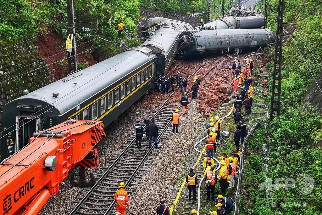 土砂崩れで列車が脱線・炎上 1人死亡、127人負傷 中国