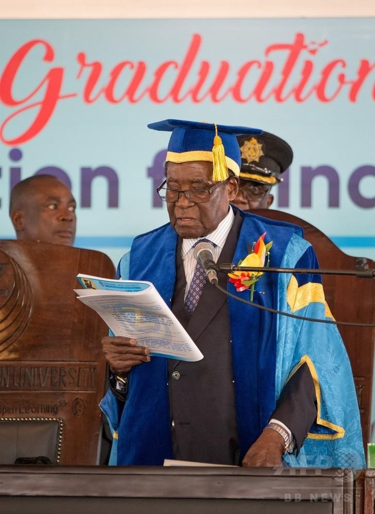 国際ニュース:AFPBB Newsジンバブエ大統領、 政変後初めて姿見せる 大学卒業式に出席
