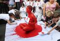 オーストラリアの反捕鯨活動団体、血の「日の丸」になって抗議活動