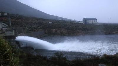動画:500万立方メートルの放水、南アのダム