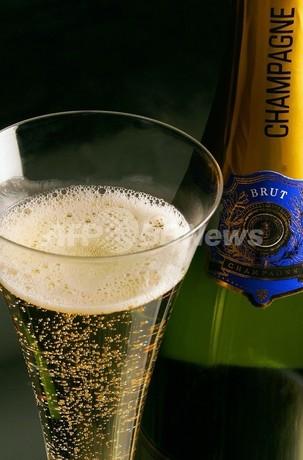 シャンパンの泡は味わいを高める、仏大学研究