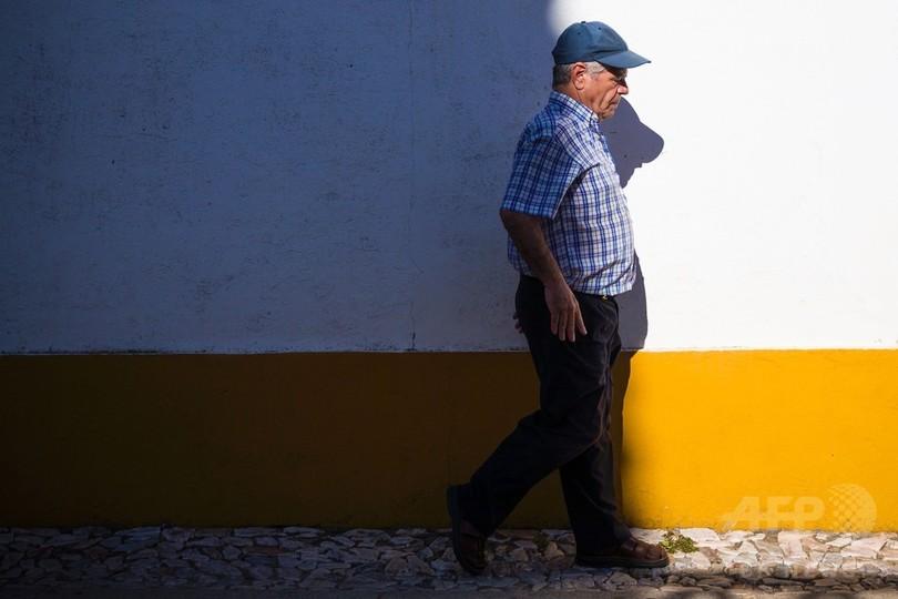 車椅子の男性、43年後に誤診と判明 いまは歩いてカフェにも