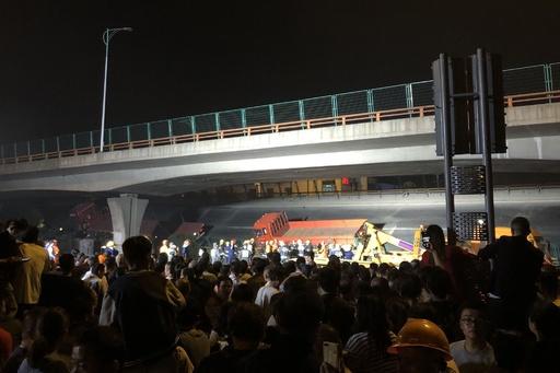 中国で高架橋が突然崩落、原因は過積載トラック? 車3台下敷き、3人死亡