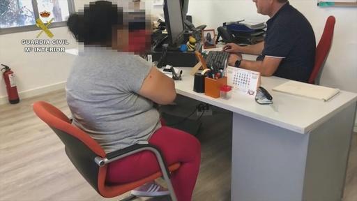 動画:高齢者介護強要し9000万円稼ぐ、人身売買組織を解体 拘束時の映像 スペイン
