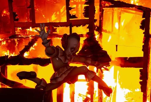 巨大な張り子を燃やす火祭り「ファリャス」、トランプ氏モチーフも スペイン