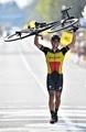 ジルベールがツール・デ・フランドル制覇、自転車を掲げてフィニッシュ