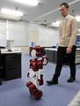 探索・案内できる人型ロボット「EMIEW2」、日立