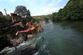 マケドニアの夏、川に飛び込む子どもたち