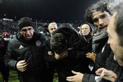 監督がトイレットペーパーで負傷、ギリシャサッカーで試合が中止に