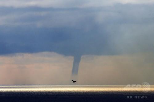 南仏ニース沖に水柱、竜巻発生で
