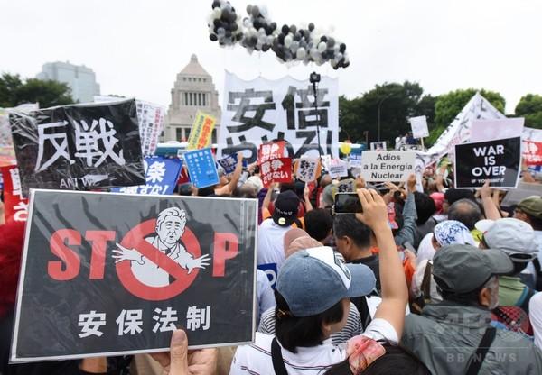 安保法案抗議デモ、国会前を埋め尽くす