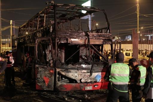 ペルーでバス火災、17人死亡 未認可のターミナル