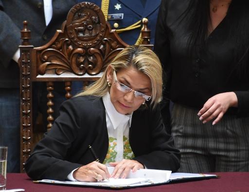 ボリビア暫定大統領、再選挙法案を承認 「クリーン」な選挙へ