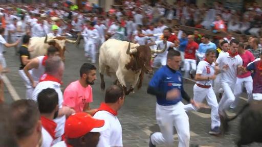 動画:「サン・フェルミン祭」の牛追い始まる、早くも米国人ら3人負傷 スペイン