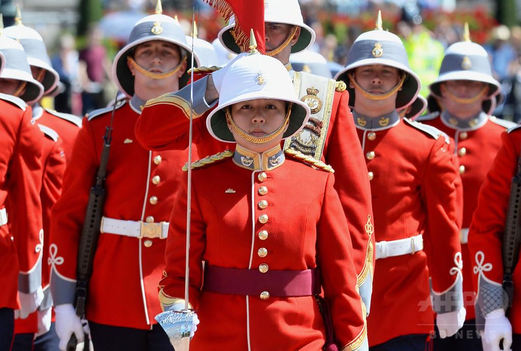 【英国】英バッキンガム宮殿警護にカナダ部隊、初めて女性歩兵将校が指揮