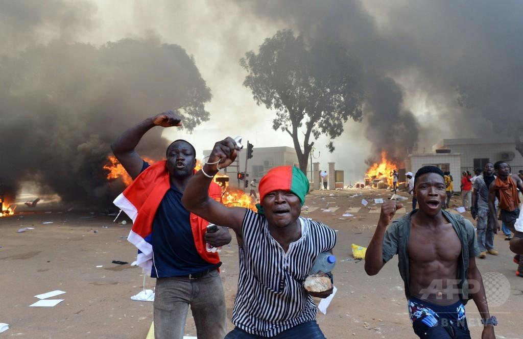 反大統領デモ発生のブルキナファソ、軍が政権掌握を宣言
