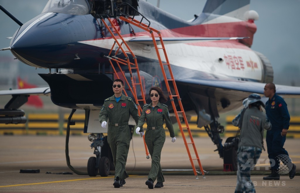 中国軍の女性戦闘機パイロットが初の曲技飛行
