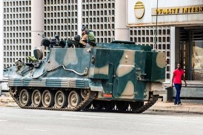 ジンバブエ、軍が大統領側近の拘束認める 前副大統領は帰国