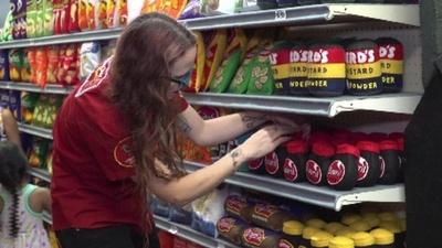 動画:すしも肉もATMも! 全部フェルトのスーパー、LAに登場