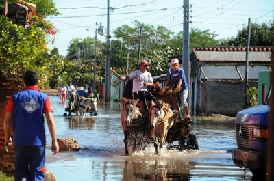 パラグアイ首都で洪水、約15万人が避難