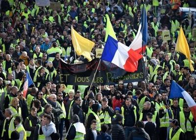 「黄ベスト運動」の参加者は陰謀論を信じやすい、仏調査