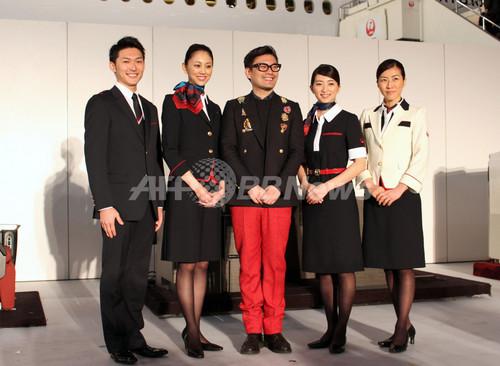 JAL新制服お披露目、デザイナーの丸山敬太が登場