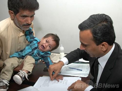 生後9か月の男児を殺人未遂で訴追、パキスタン