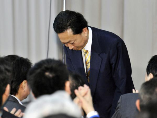 親指立てて官邸から消える鳩山首相