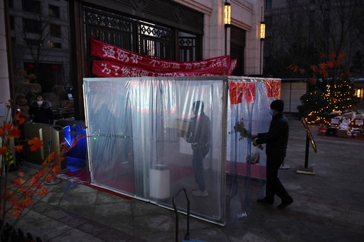 新型コロナウイルス、中国本土の死者2000人に