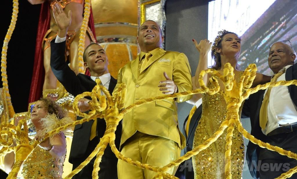 元ブラジル代表のロナウド氏、サンパウロのカーニバルに登場
