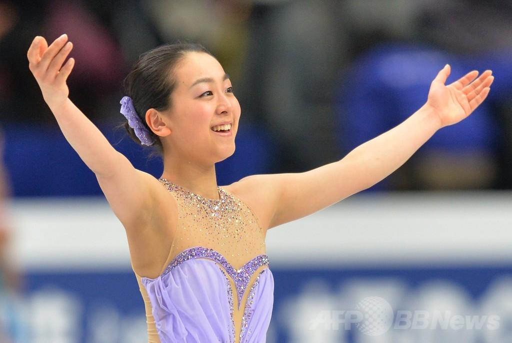 女子SPで首位発進した浅田真央、世界フィギュア