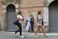 ローマの街中で法王とトランプ米大統領が熱いキス、壁画