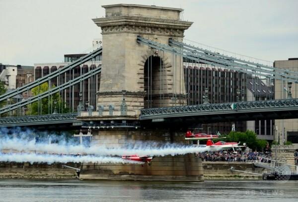 橋の下をスルリ、ドナウ川上空で航空ショー ハンガリー