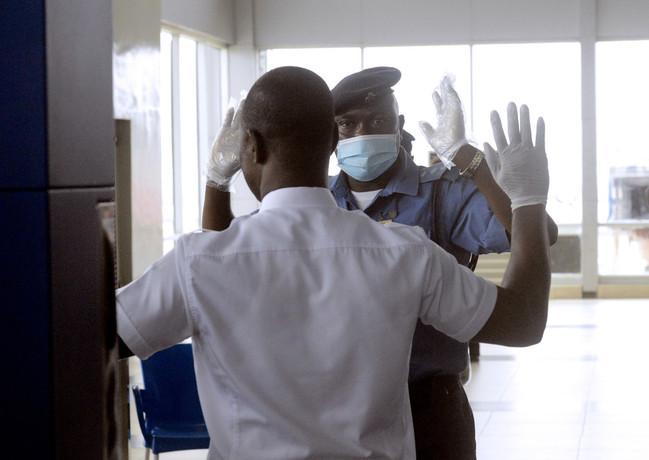 エボラ感染看護師、政府命令従わず他都市へ移動 ナイジェリア