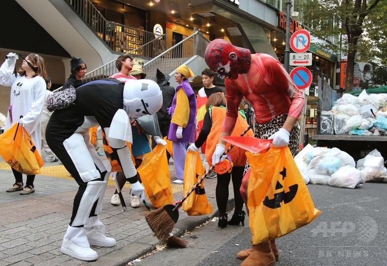 ハロウィーンから一夜明け、仮装姿でごみ拾い 東京・渋谷