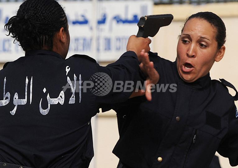 アルジェリアの警察学校で卒業式、女性警官が訓練の成果を披露
