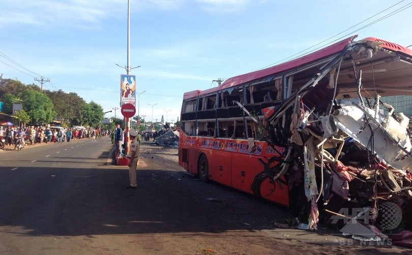 トラックが一方通行逆走、バスと正面衝突 11人死亡 ベトナム
