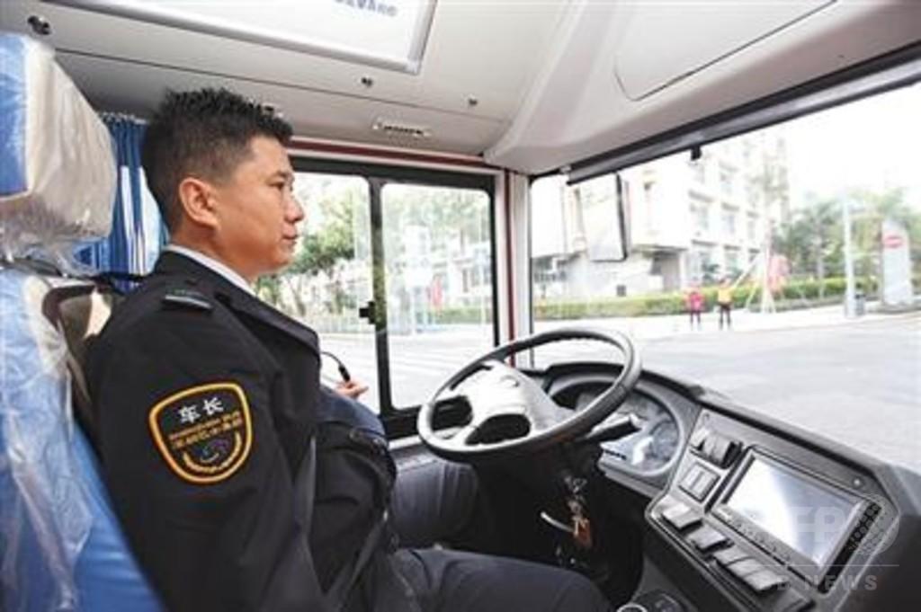 中国で運転手が座る「無人運転」バスの試運転 道交法に規定なく