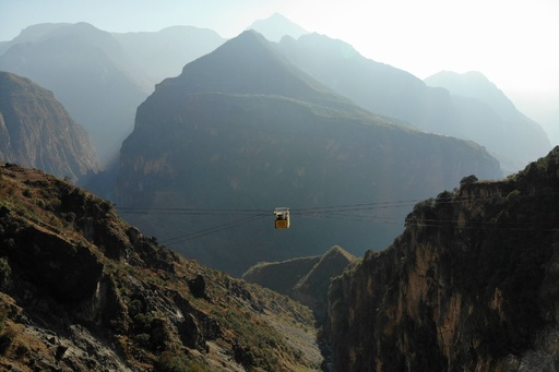 四川省最後の「道路のない村」 断崖のシャトルゴンドラが開通 中国