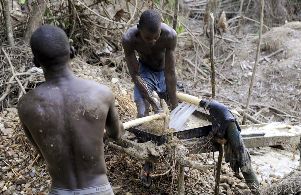 リベリアの違法金鉱、死も覚悟で働く若者たち